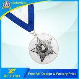 Il professionista ha personalizzato la medaglia di sport del metallo con l'oggetto d'antiquariato placcato