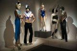 عارض الأزياء واقعيّة لأنّ ثوب عرض