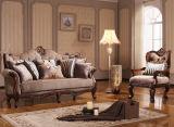 Sofá clássico americano da sala de visitas com frame de madeira & a tabela clássica