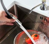 El eslabón giratorio caliente saca las mercancías sanitarias de cocina del cromo del mezclador de cobre amarillo del fregadero
