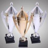 Troféu superior elevado do ouro para o competiam e o campeonato