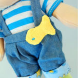 Il bambino sveglio gioca le bambole di sonno farcite peluche del bambino