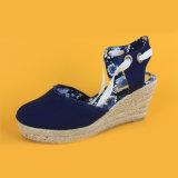 Il modo delle signore merletta in su i soli sandali della scarpa di tela del cuneo della iuta blu