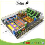 Parque interno de salto engraçado super do Trampoline com a esteira da cor para miúdos