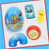 Pequeño juguete del huevo de la sorpresa con el caramelo