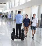 Gummireifen-Pedal-Ausgleich-Autos der Form-zwei für Erwachsene und das Polizei-Mann-Patrouillieren