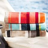 Покрашенное хлопчатобумажной пряжей полотенце пляжа велюра