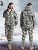L'esercito militare del panno morbido di caccia delle coperture degli uomini delicatamente all'aperto ansima Camo