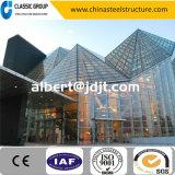 Edifício bem parecido da sala de exposições da construção de aço com a parede de cortina de vidro