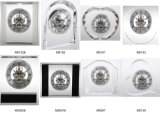 Orologio a cristallo con gli orologi esposti dello scrittorio degli attrezzi