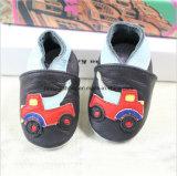 L'enfant en bas âge en cuir de bébé chausse 021