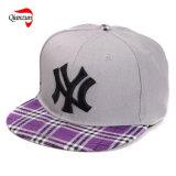 点検された平らなピーク野球帽が付いている灰色の王冠