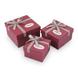 チョコレートまたはキャンデーのリボンと包むペーパーギフト用の箱