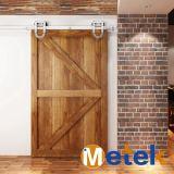 ニッケルによってめっきされる納屋様式の木製のドア映像