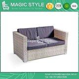 庭のソファーは枕が付いているクッションのテラスの単一のソファーによってセットした