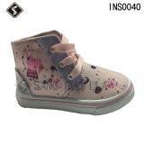 La inyección de los niños se divierte los zapatos de lona