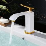 単一のレバーの白い真鍮の浴室の流しのコック
