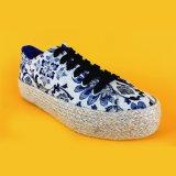 [فنسي وومن] طبعوا نوع خيش مسطّحة يربط فوق منصّة [إسبدريلّ] أحذية