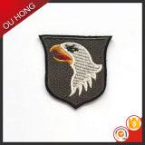 Correcciones de encargo del águila del bordado de la ropa decorativa de lujo