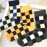 正方形の格子縞の木靴デザイン余暇のソックス