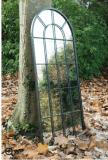 Espejo blanco antiguo de la ventana del jardín