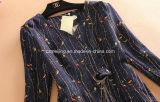 青い印刷された女性の`Sの服