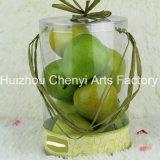 Caixa transparente do PVC decorada com fruta artificial