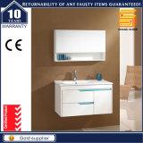 純木の白い塗られた壁に取り付けられた浴室のキャビネットの家具
