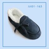 人によっては屋内暖かい冬のスリッパの靴が家へ帰る