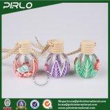ポリマー粘土の表面の木の帽子が付いている小さく装飾的な香水瓶が付いている12ml円形の球形のガラス香水の吊り下げ式のびん