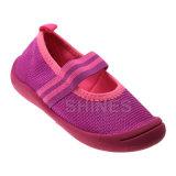青年女の子の伸縮性があるスポーティな網の上部の水の靴