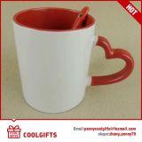 A caneca de café cerâmica da forma do coração ajustou-se para o presente do Valentim