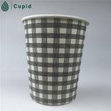 El usar disponible de papel rojo de las tazas de café, respetuoso del medio ambiente