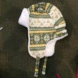 La piel artificial de Custmized cortó y cose el sombrero del invierno con la solapa del oído