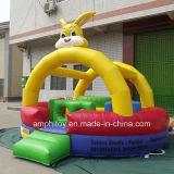 Kind-Kaninchen-Spielplatz, der aufblasbares Schloss spielt
