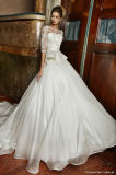 Une ligne robe de mariage de satin d'organza de dos de V avec de longues chemises