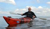 勝者の単一の旅行の海洋はプラスチックカヤックに坐る