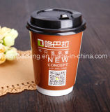 Café caliente disponible de la taza de papel de la bebida