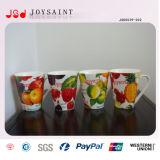 una variedad de tazas de cerámica del estilo del diseño de los elementos
