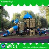 위락 공원 운동장에 있는 아이들 운동장 옥외 활주