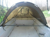 Pêche de carpe avec le bateau de pêche de nuit de tente