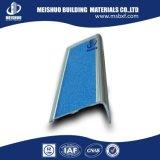 Escalera de aluminio que olfatea con la cinta abrasiva
