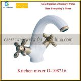 Robinet sanitaire de cuisine d'articles de traitement en travers blanc