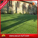 Het kunstmatige die Gras van het Gras in China wordt gemaakt