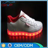 2017年の熱販売新しいデザイン女性LEDの靴は靴をつける