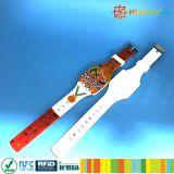CMYKはロゴ13.56MHz MIFARE標準的なEV1 1KのシリコーンRFIDのブレスレットをカスタム設計する