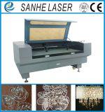 Corte de máquina de grabado del grabador del laser del CO2 de la alimentación automática para el cuero de madera