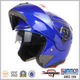 Холодные забрала двойника МНОГОТОЧИЯ слегка ударяют вверх по шлему мотоцикла (LP508)