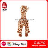 Стоящим заполненные плюшем мягкие одичалые игрушки Giraffe