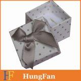 Paquete de la caja de la joyería con la cinta de la mariposa